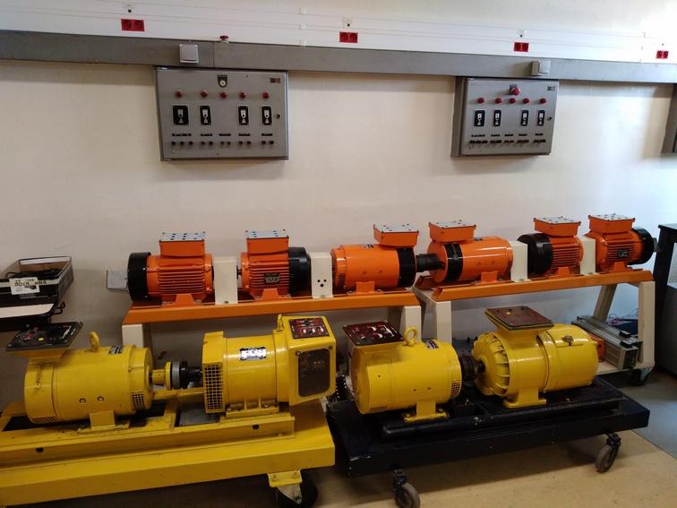 Atelier d'électrotechnique. Machines tournantes électriques de tous types (courant continu, alternatif, triphasé). Photo PY Larrieu - LMA La Rochelle.