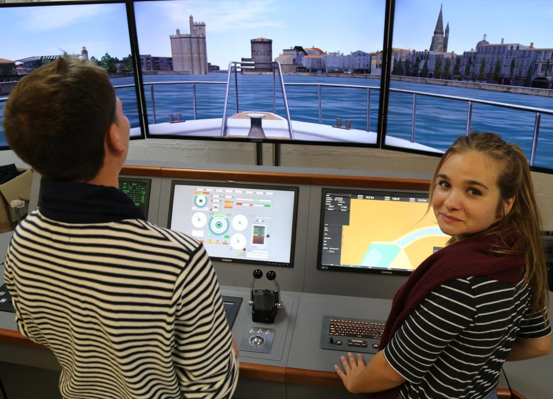 Simulateur de navigation à La Rochelle avec une élève.