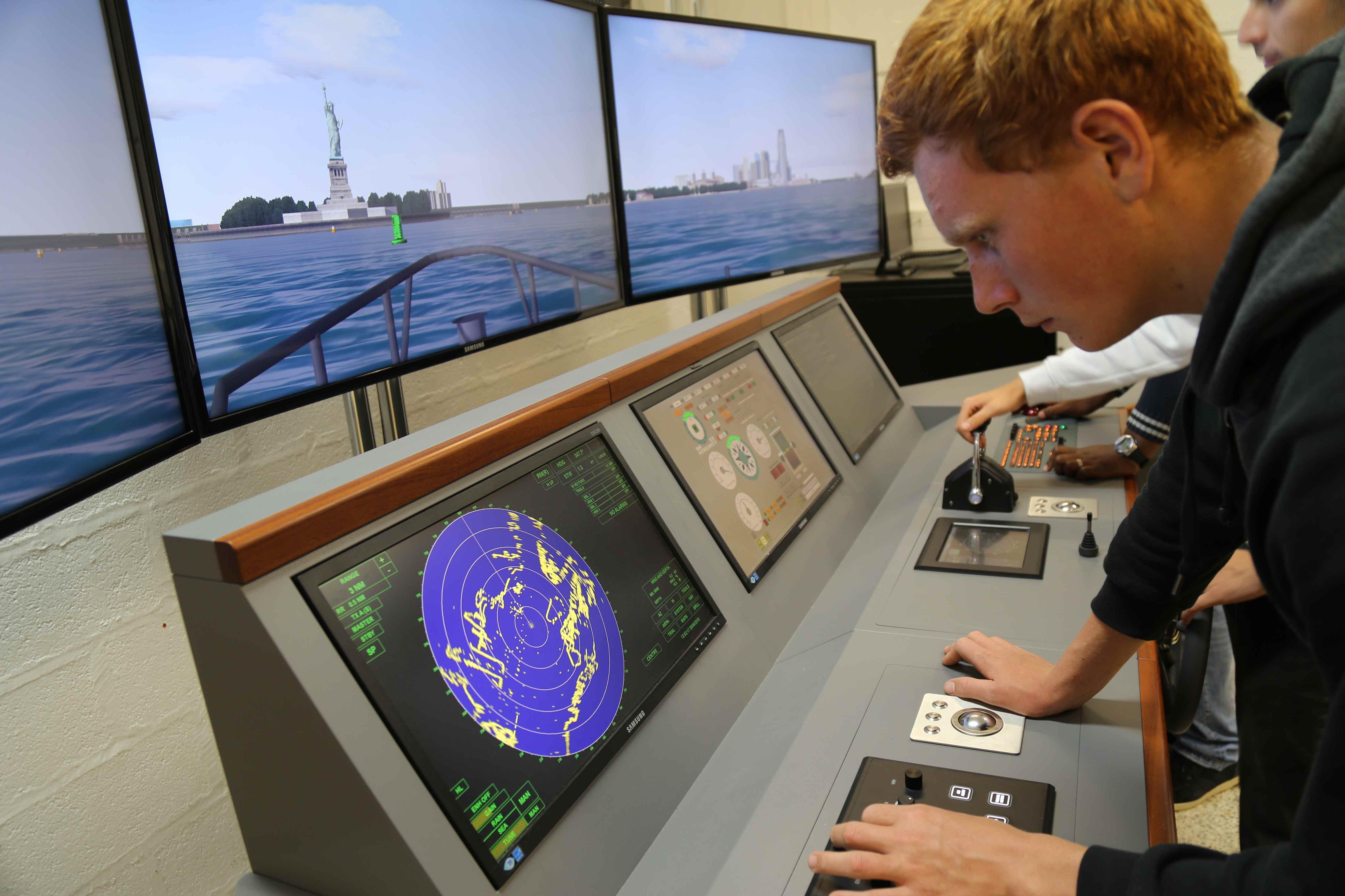 Élève en situation de manœuvre, scrutant le radar, à l'entrée de New-York. Photo Jacky Grange - LMA La Rochelle.