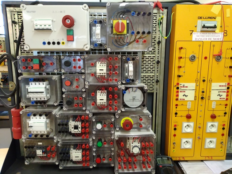 Atelier d'électrotechnique. Tableaux d'alimentation et de câblage de machines électriques. Photo PY Larrieu - LMA La Rochelle.