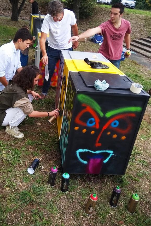 poubelles de tri réalisées par des élèves du lycée, des jeunes de l'IME et des jeunes de la Maison de Quartier de Port Neuf.